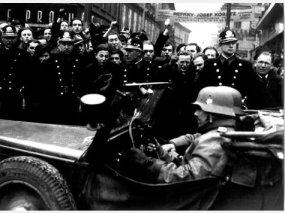 Tschech/inn/en protestieren gegen den Einmarsch der Wehrmacht in Prag 1939