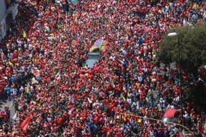 Eine größere Gruppe von Venezolaner_innen versammelt sich, um von Hugo Chavez Anschied zu nehmen.